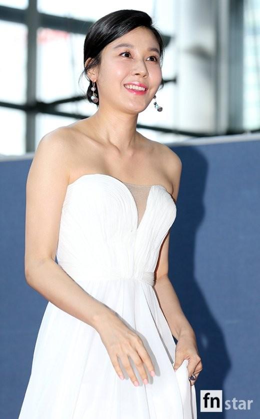 Kim Ha Neul khoe nhan sắc của một đàn chị trưởng thành.