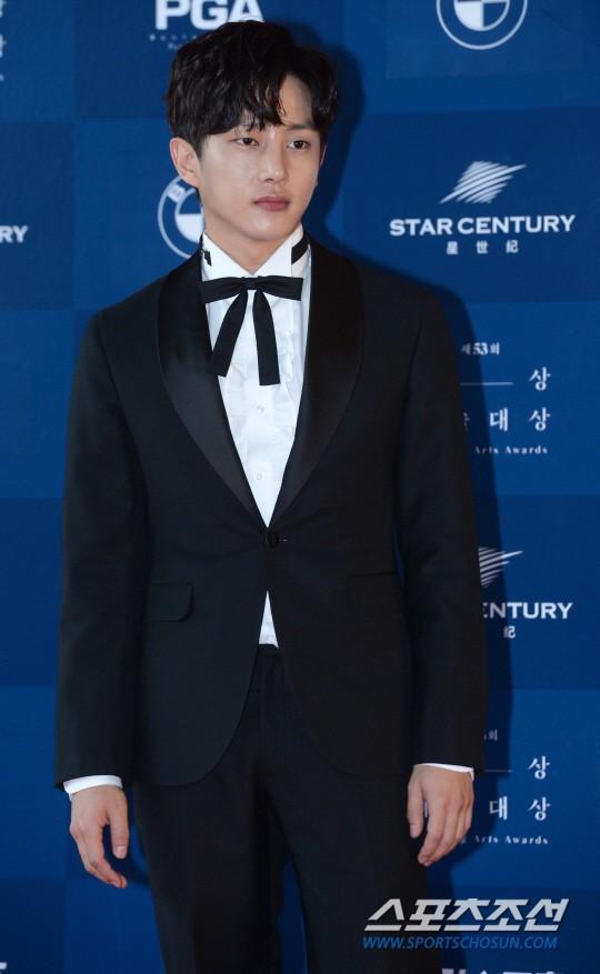 Nam diễn viên Kim Min Seok rất được yêu thích với tính cách trẻ trung, hoạt bát của mình. Anh nhận được đề cử ở giảiNam diễn viên mới xuất sắc nhất mảng truyền hình với vai diễn Choi Kang Soo trong phim Doctors.