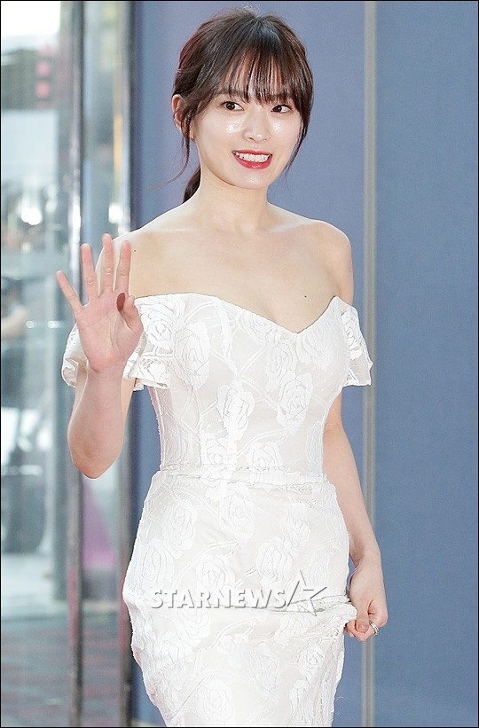 Suzy, Yoona xuất hiện lộng lẫy trên thảm đỏ Lễ trao giải Baeksang 2017