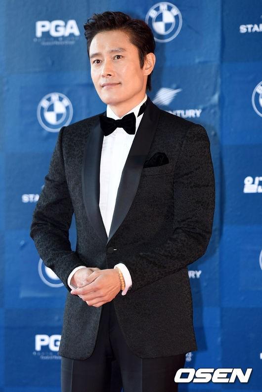 Nam tài tử Lee Byung Hun với nụ cười mỉm nam tính, thanh lịch của một quý ông. Vai diễn ông trùm đa cấp Jin Hyun Pil trong phim Ông trùm giúp Lee Byung Hun có được đề cử Nam diễn viên chính xuất sắc nhất mảng điện ảnh.