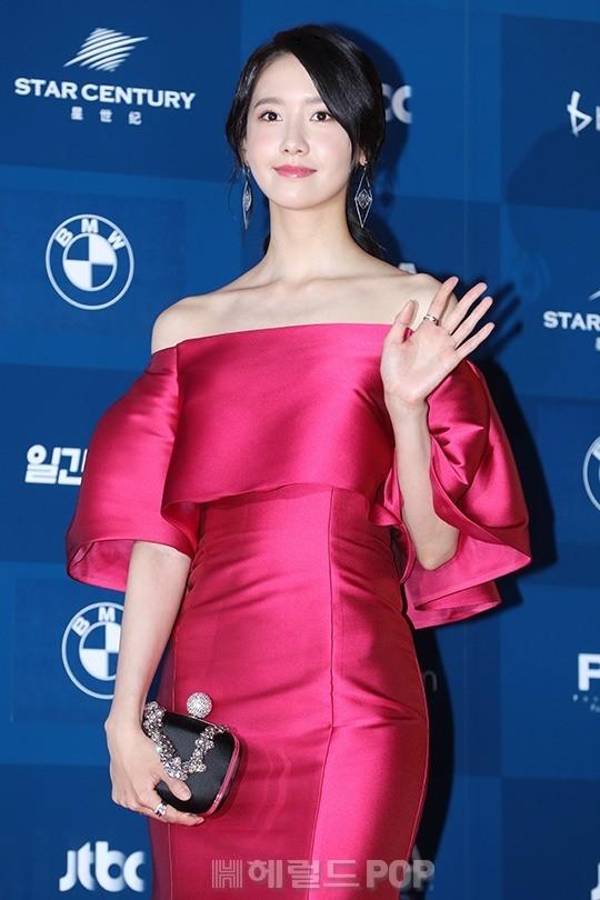 Nữ thần Yoon Ah cực kỳthanh tao nhưngcũng không kém phần nổi bật trong bộ trang phục đỏ thẫm. Yoon Ah có 2 để cử là Nữ diễn viên được yêu thích nhất mảng điện ảnh và Nữ diễn viên mới xuất sắc nhất mảng điện ảnh với vai diễn Park Min Young trong phim Nhiệm vụ tối mật.